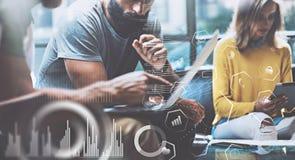 Het concept digitaal diagram, grafiek zet, het virtuele scherm, verbindingenpictogram om Jonge ondernemersmensen die bij modern w Stock Foto