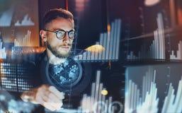 Het concept digitaal diagram, grafiek zet, het virtuele scherm, verbindingenpictogram om Jonge zakenman die op modern kantoor wer stock afbeelding