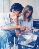 Het concept digitaal diagram, grafiek zet, het virtuele scherm, verbindingenpictogram om Groepswerkproces Jonge bedrijfsmensen Stock Afbeelding