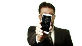 Het concept een gebroken gadget De gebaarde zakenman met glazen toont een gebroken het schermsmartphone, selectieve nadrukbewegin stock footage