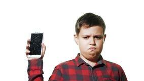 Het concept een gebroken gadget Droevige tienerjongen op witte achtergrond stock video
