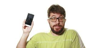 Het concept een gebroken gadget Gebaarde boze mens die het gebroken smartphonescherm tonen stock videobeelden