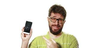 Het concept een gebroken gadget Gebaarde verstoorde mens die het smartphone gebroken scherm houden stock footage