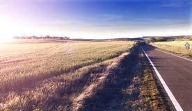 Het concept en de zonsondergang van de wegreis Stock Afbeelding