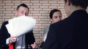 Het concept gesprek met kandidaat en twee van de interviewer stock footage