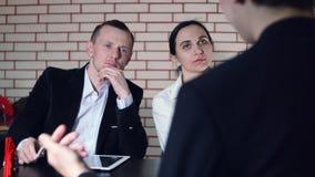 Het concept gesprek met kandidaat en twee van de interviewer stock videobeelden