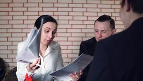Het concept gesprek met kandidaat en twee van de interviewer stock video