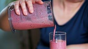 Het concept het gezonde eten De vrouw bereidde een heerlijke en gezonde smoothie voor Close-up stock video