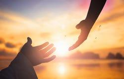 Het concept Gods` s redding: silhouet van het helpen van handconcept en internationale dag van vrede royalty-vrije stock afbeeldingen