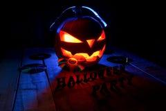 Het concept Halloween De Lamp van de pompoenhefboom, in hoofdtelefoons met Royalty-vrije Stock Foto