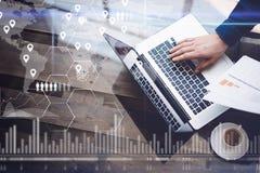 Het concept het digitale scherm, geolocationpictogram, virtueel diagram, grafiek zet om Mens die met laptop op kantoor bij houten Royalty-vrije Stock Afbeeldingen