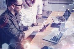 Het concept het digitale scherm, virtueel verbindingspictogram, diagram, grafiek zet om Volwassen zakenman die werken samen met Stock Foto