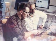 Het concept het digitale scherm, virtueel verbindingspictogram, diagram, grafiek zet om Volwassen zakenman die werken samen met Royalty-vrije Stock Foto's
