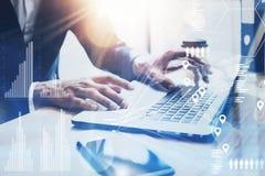 Het concept het digitale scherm, virtueel verbindingspictogram, diagram, grafiek zet om Zakenman die op zonnig kantoor aan laptop Royalty-vrije Stock Fotografie