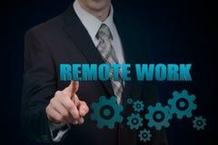 Het concept het verre werk De zakenman houdt in handen het virtuele woord Royalty-vrije Stock Afbeeldingen