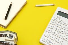 Het concept het werk bureaulay-outs De achtergrond is geel met een calculator, een potlood Stock Foto's