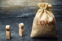 Het concept Lening De zakenlieden bespreken vragen over de leningen van het bedrijf De financiële leningen tussen de geldschieter stock foto's