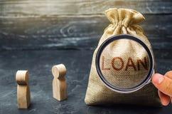 Het concept Lening De zakenlieden bespreken vragen over de leningen van het bedrijf De financi?le leningen tussen de geldschieter stock foto