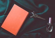 Het concept liefde van lezing, de wens om naar Frankrijk te reizen Het boek, een beeldje van de Toren van Eiffel, een fles parfum stock afbeelding