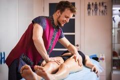 Het concept massage en gezondheid Een mannelijke massagetherapeut doet lymfatische drainage en massage voor het stemmen van de sp stock afbeelding