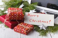 Het concept het ontvangen en het voorbereidingen treffen stelt bij Kerstmis, geheim santaconcept voor stock afbeelding