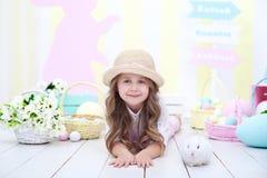 Het concept Pasen, vakantie en mensen! Meisje het spelen met het leuke konijntje van Pasen Het kleurrijke decor van Pasen, een ma stock afbeeldingen
