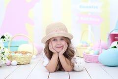 Het concept Pasen, vakantie en mensen! Meisje het spelen met het leuke konijntje van Pasen Het kleurrijke decor van Pasen, een ma royalty-vrije stock fotografie