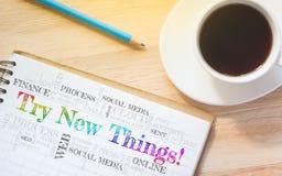 Het concept probeert Nieuwe Dingen! bericht op boek Stock Foto's