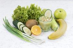 Het concept reiniging van ontgifting, de ingrediënten van een groene plantaardige cocktail Natuurlijk, organisch gezond sap binne royalty-vrije stock foto's