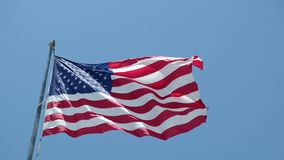 Het concept relaties/conflict tussen Venezuela en de Verenigde Staten van Amerika symboliseerde vlaggen op een gebarsten muur wor stock footage