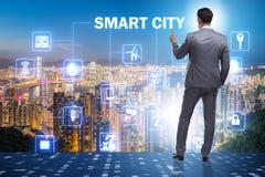 Het concept slimme stad met zakenman dringende knopen royalty-vrije stock foto
