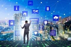 Het concept slimme stad met zakenman dringende knopen royalty-vrije stock foto's