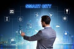 Het concept slimme stad met zakenman dringende knopen royalty-vrije stock afbeelding