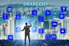 Het concept slimme stad met zakenman dringende knopen stock afbeelding