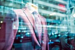 Het concept stads van de bedrijfsmensenlevensstijl Het snelle stadsleven in vensterbezinning van kostuumopslag Royalty-vrije Stock Foto's