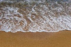 Het concept strandvakantie en toerisme Achtergrondclose-up van een overzeese golf met schuim op geel zand De Middellandse Zee in  royalty-vrije stock foto