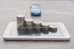 Het concept van het besparingsgeld en de stapel van het geldmuntstuk op slimme telefoon royalty-vrije stock fotografie