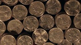 Het Concept van het besparingsgeld - Langzaam Top down die schot van Stapels Amerikaanse Kwarten volgen stock video