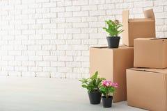 Het concept van het bewegingshuis Kartondozen en bezittingen stock foto's