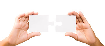 Het concept van de aansluting handen met stukken van raadsel op witte backgro stock afbeelding