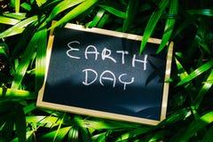 Het concept van de aardedag, het woord die van de aardedag op bord met nationaal schrijven stock fotografie