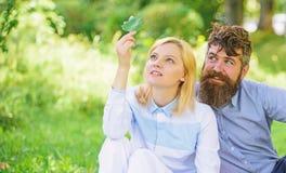 Het concept van de aardschoonheid De vrouw geniet van ontspant aardachtergrond Zuivere Aard Het paar met groen blad ontspant natu royalty-vrije stock foto's