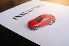 Het concept van de autoverzekering met polis Stock Foto