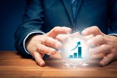Het concept van de bedrijfs de groeivoorspelling met kristallen bol stock afbeelding