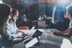 Het concept van de bedrijfsmensenbrainstorming Medewerkers die op nachtkantoor werken Horizontaal, Gloedeffect Vage achtergrond stock afbeelding