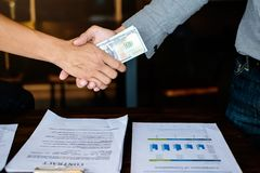 Het concept van de bedrijfsvennootschapvergadering Beeld businessmans handenschudden met geld Corruptie en Antiomkoperij stock fotografie