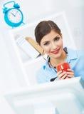 Het concept van de bedrijfsvrouwentijd uit, rode koffiekop Breek het werk Stock Afbeelding