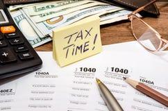 Het concept van de belastingstijd met 1040 belastingsdocument Stock Afbeeldingen
