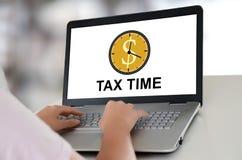 Het concept van de belastingstijd op laptop stock afbeelding