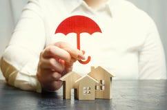 Het concept van de bezitsverzekering Bescherming van huis Huisvestende steun De diensten van de verzekeringsagent veiligheid en v royalty-vrije stock fotografie